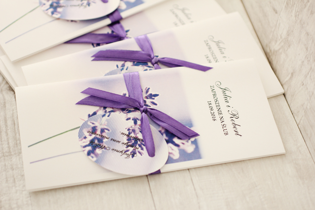 źródło: http://blog.amelia-wedding.pl/tag/zaproszenia-slubne-fioletowe/