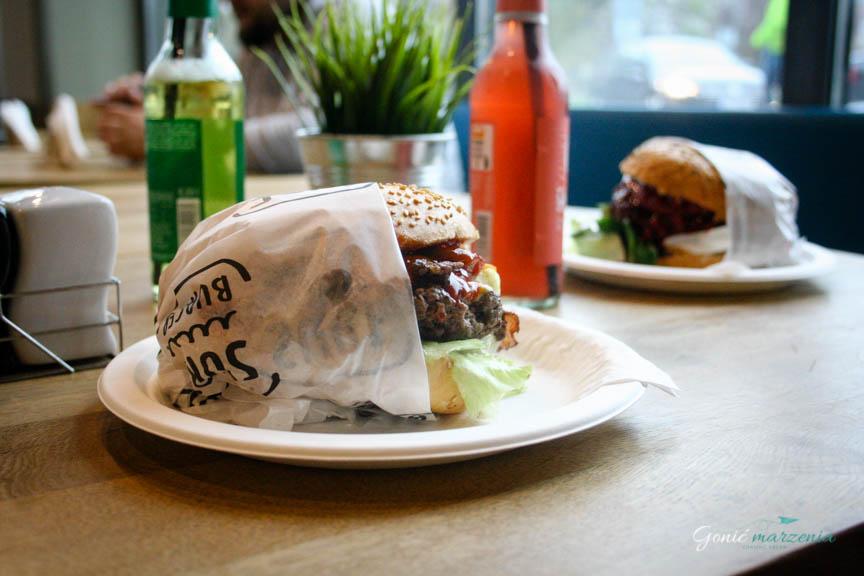 Po lewej Potejto burger, a po prawej burger słodki góral
